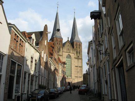 800px-Bergkerk_Deventer_vanuit_Bergstraat